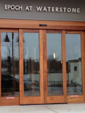 درب شیشهای اتوماتیک در نمای ساختمانها